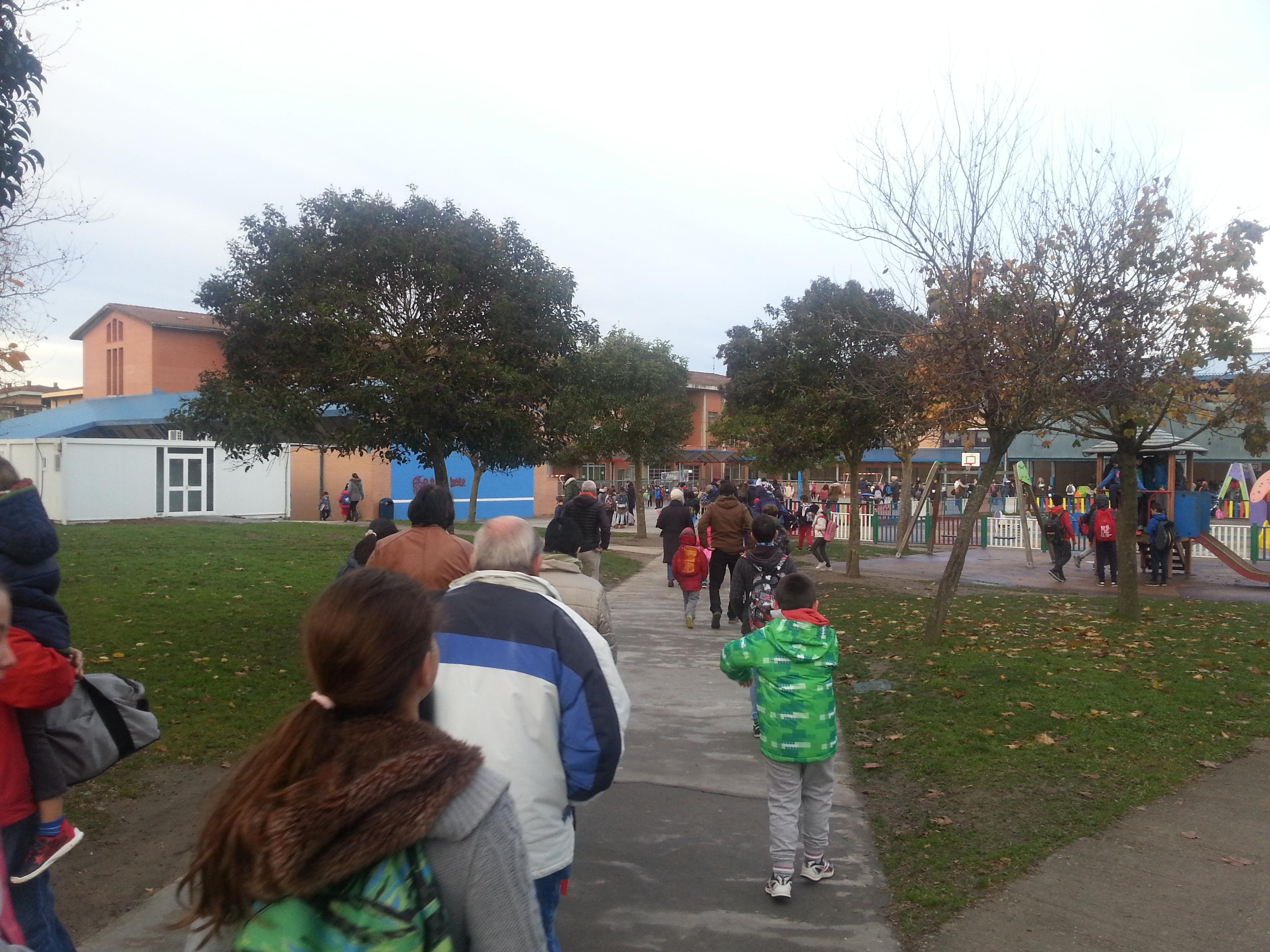 Alumno@s accediendo al colegio